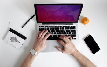 Człowiek przy laptopie