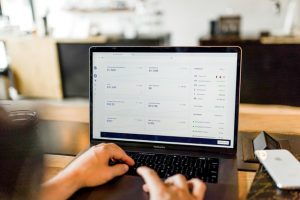 Laptop z otwartą stroną internetową