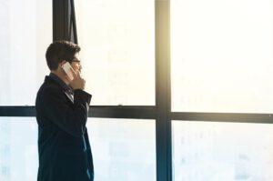 mężczyzna rozmawiajacy przez telefon
